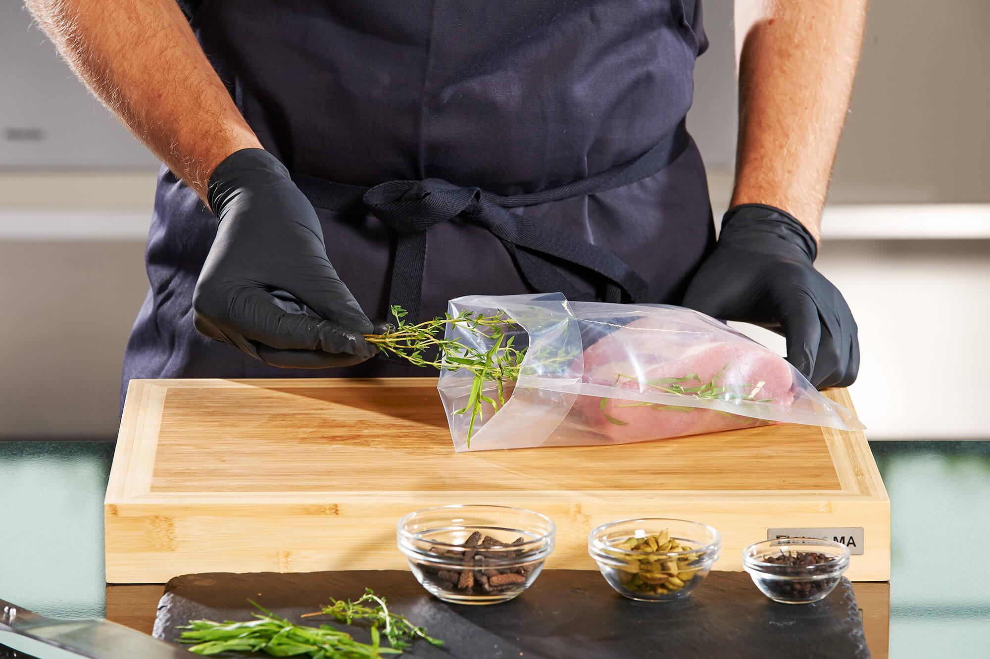 Beutel mit Fleisch auf Holzplatte