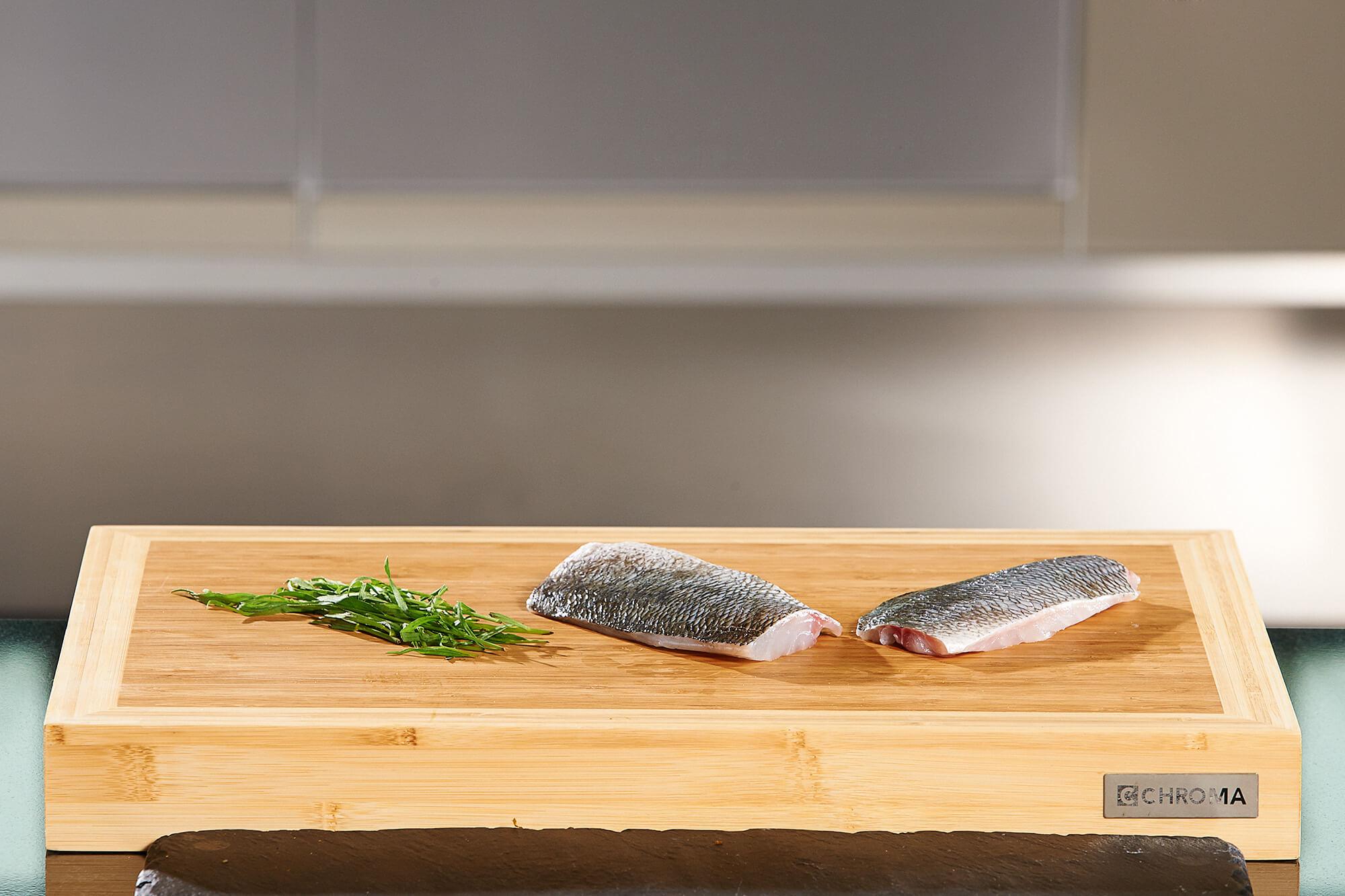 Fisch auf Holzplatte