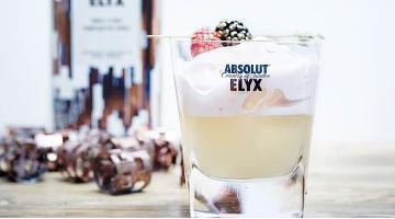Sous Vide Senf –Drink mit Waldbeeren Espuma