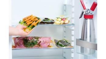 Gefüllter Kühlschrank mit Sous Vide BeutelnGefuellter Kuehlschrank Mit Sous Vide Beuteln